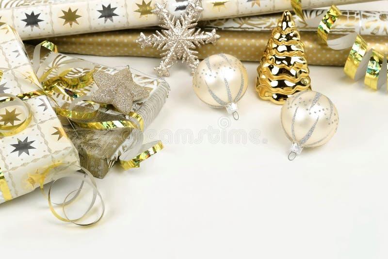 Предпосылка рождества от золота и украшения белого рождества на белой таблице стоковые фотографии rf