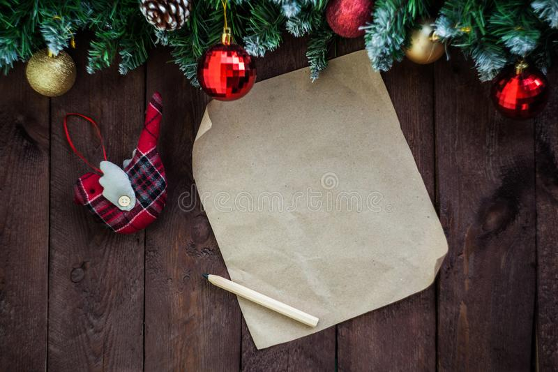Предпосылка рождества, пустой список целей для Санта Клауса на коричневом деревянном столе Оформление Нового Года, ветви ели стоковые изображения