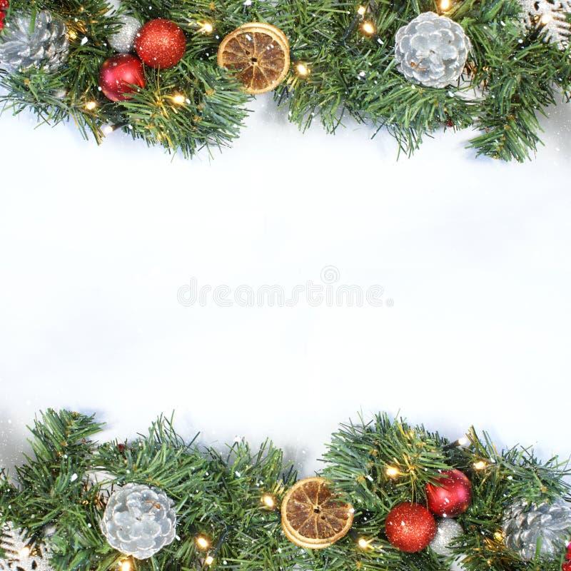 Предпосылка рождества с взгляд сверху венка, украшений и sn стоковое изображение