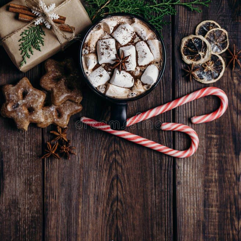 Предпосылка рождества с горячим шоколадом и подарками стоковое изображение rf