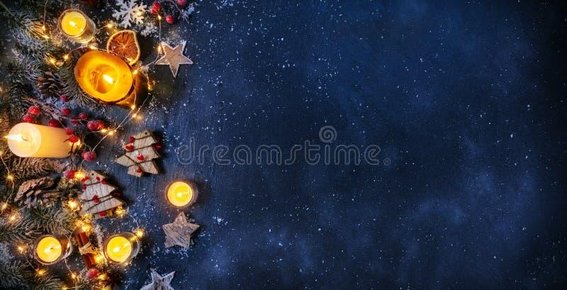 Предпосылка рождества с деревянными украшениями и свечами Свободный s стоковое изображение rf