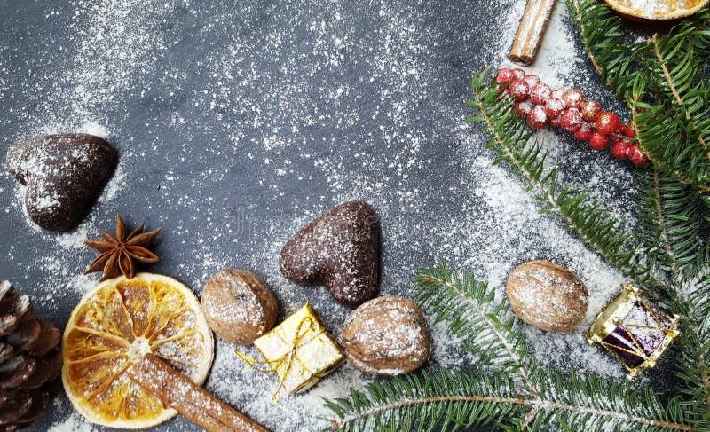 Предпосылка рождества с елью, гайками и пряниками снега стоковое фото