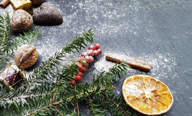 Предпосылка рождества с елью, гайками и пряниками снега стоковая фотография rf