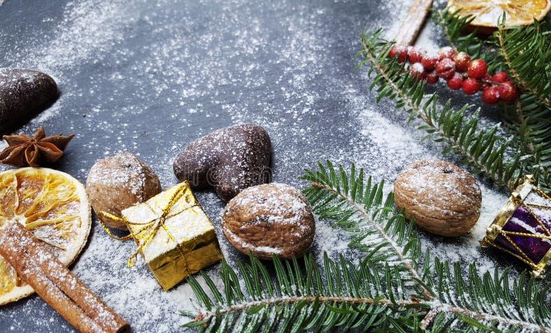 Предпосылка рождества с елью, гайками и пряниками снега стоковое изображение