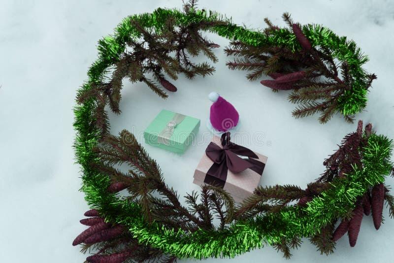 Предпосылка рождества с елью, подарочными коробками, горячим шоколадом и зефиром Взгляд сверху с космосом экземпляра стоковая фотография rf