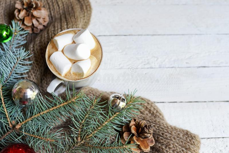 Предпосылка рождества с кофейной чашкой и украшением игрушек и сосны на белом деревянном столе, космосе экземпляра стоковая фотография