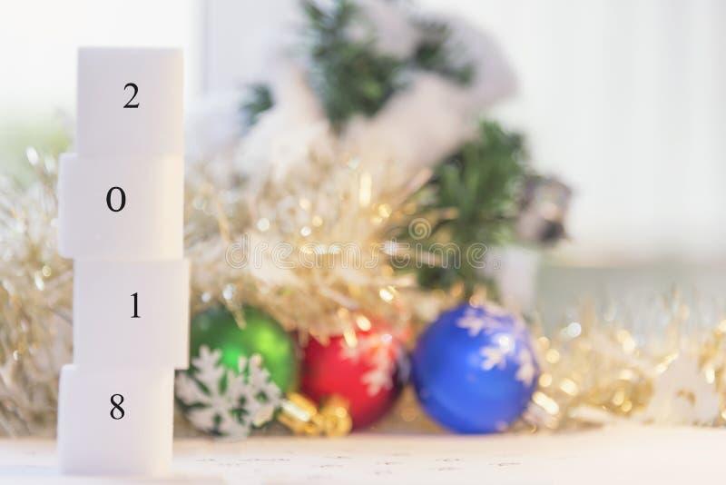 Предпосылка рождества с подарочной коробкой украшений и и счастливой новой стоковые изображения rf