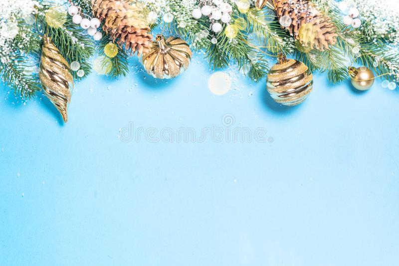 Предпосылка рождества flatlay - ель и золотые украшения на сини стоковое фото