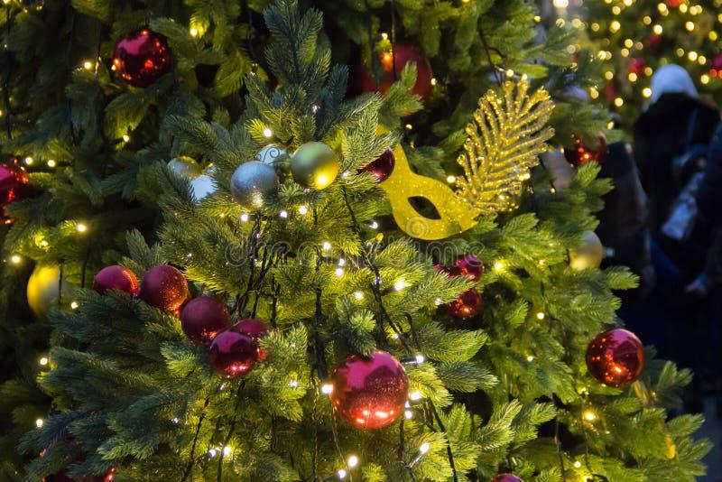 Предпосылка рождественской елки и украшения рождества Красочные шарики и гирлянда на зеленой ели в вечере стоковые фотографии rf