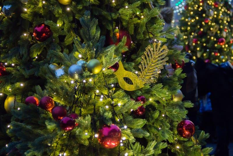 Предпосылка рождественской елки и украшения рождества Красочные шарики и гирлянда на зеленой ели в вечере стоковые фото