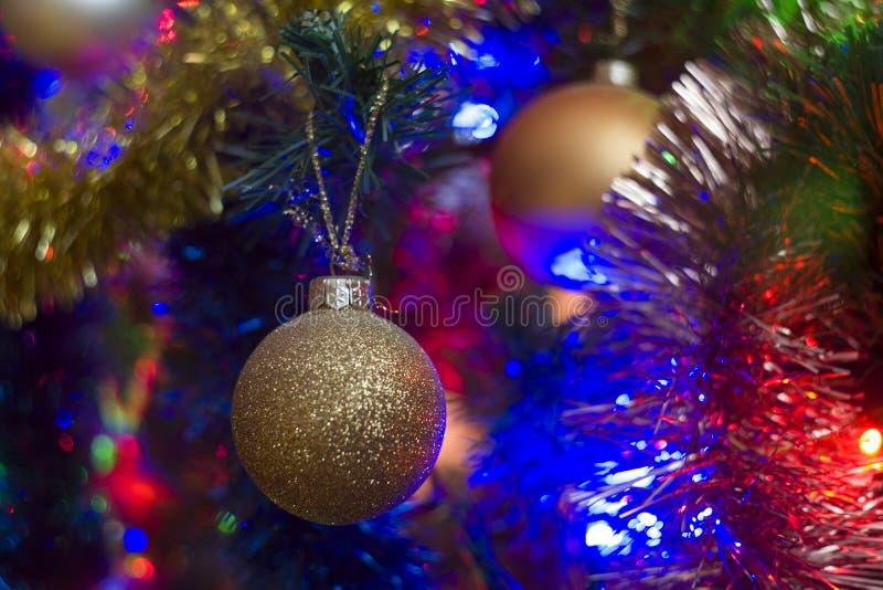 Предпосылка рождественской елки с красочными светами и безделушками рождества стоковая фотография rf