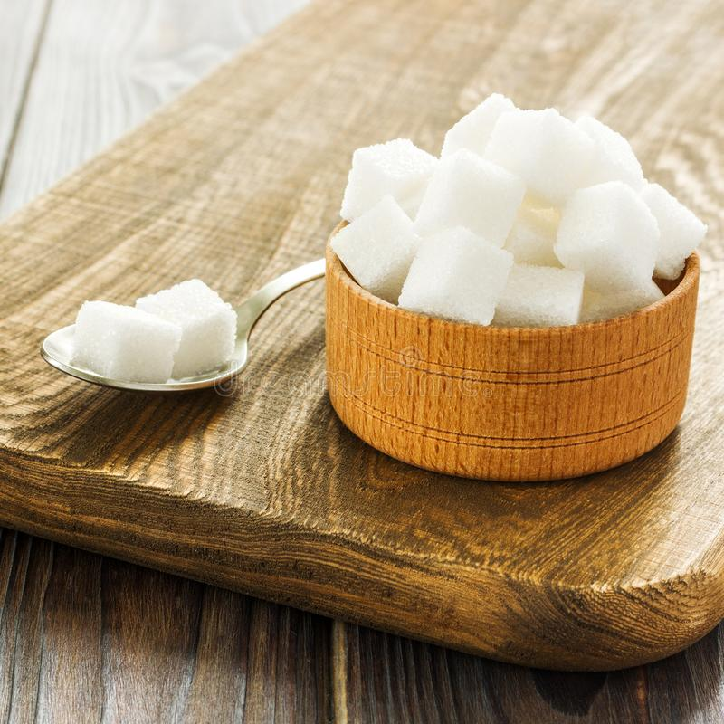Предпосылка сахара Засахарите кубы, раздробленный сахар в ложке и плиту Белый сахар на серой предпосылке оцинкованной стали скопи стоковая фотография rf
