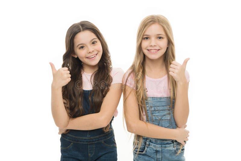 Предпосылка сестер изолированная детьми белая Sisterly отношение Счастье сестричества Сестры девушек уверенные sisterhood стоковая фотография