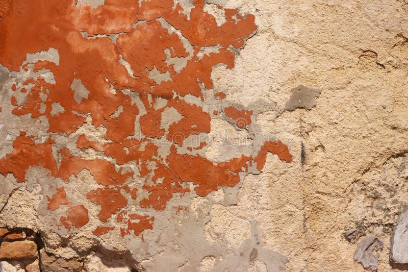 Предпосылка старого гипсолита падая стеной распыленной с красной краской разрушенные здания Наружный смотря на цемент гипс стоковое фото rf