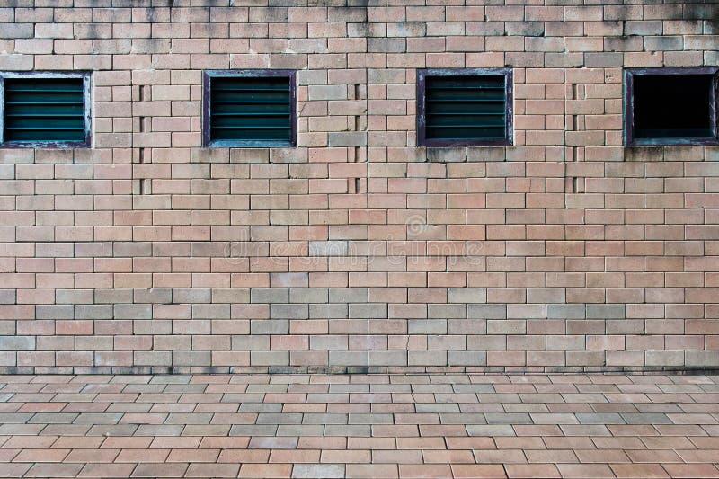 Предпосылка старой винтажной стены красного цвета кирпича с окном стоковое фото rf