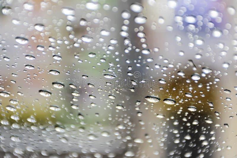 Предпосылка стекло воды на стекле Степень детализации причинена путем падая дождь стоковые фото