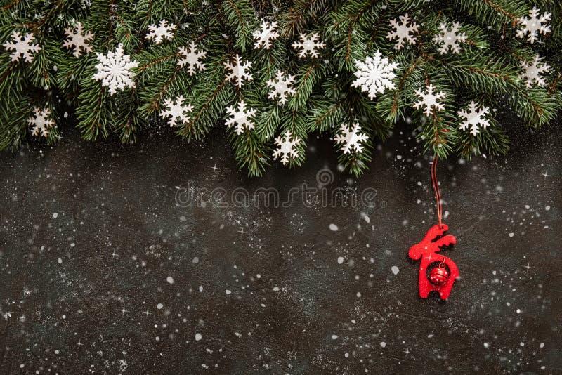 Предпосылка с ветвями ели, снег рождества, снежинки стоковое изображение