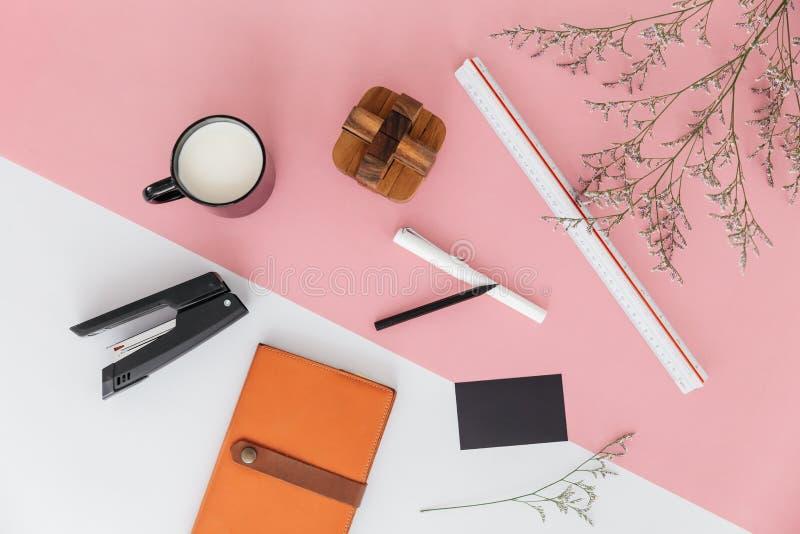 Предпосылка с ветвями цветка, правитель пинка и белых цвета масштаба, чашка молока, ручки, карандаша, сшивателя, sketchbook стоковая фотография rf