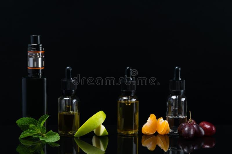 предпосылка с комплектом вкусов плодоовощ с отражением на поверхности для электронной сигареты стоковая фотография rf