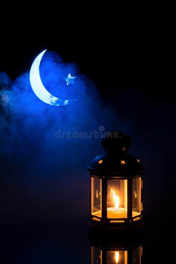 Предпосылка с сияющим фонариком, серповидной луной и звездой стоковая фотография rf