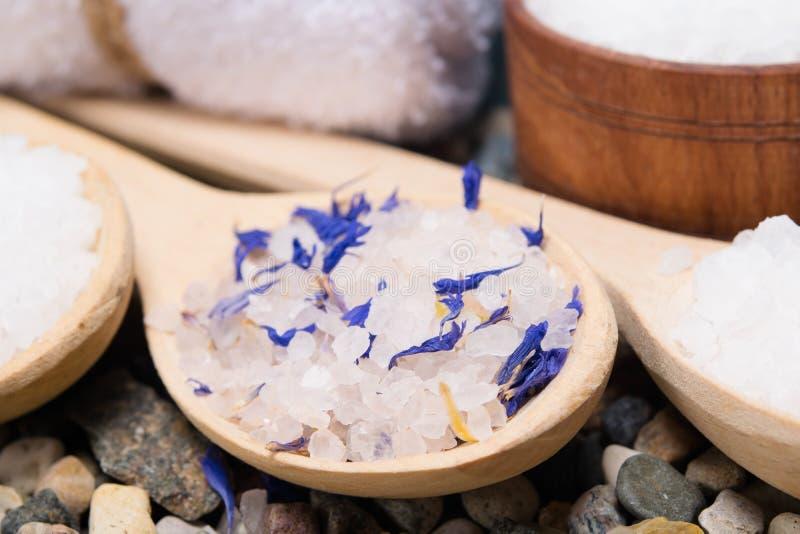 Предпосылка с солью моря с элементами голубого цветка, в деревянной ложке стоковая фотография rf
