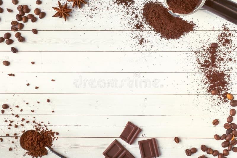 Предпосылка с сортированными кофе, кофейными зернами, землей и моментом времени, желтым сахарным песком и анисовкой, космосом экз стоковое фото rf