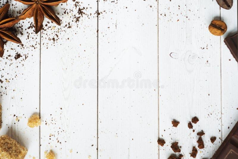 Предпосылка с сортированными кофе, кофейными зернами, землей и моментом времени, желтым сахарным песком и анисовкой, космосом экз стоковое фото