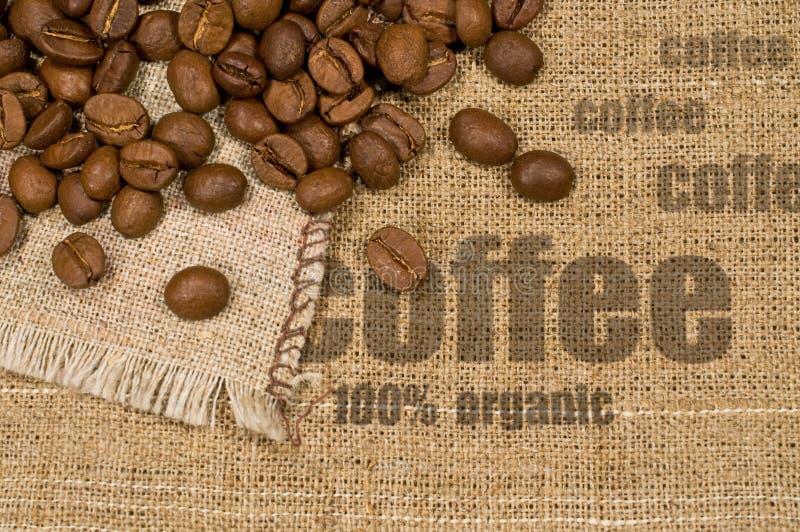 Предпосылка с текстурой мешковины и кофейных зерен стоковые фотографии rf