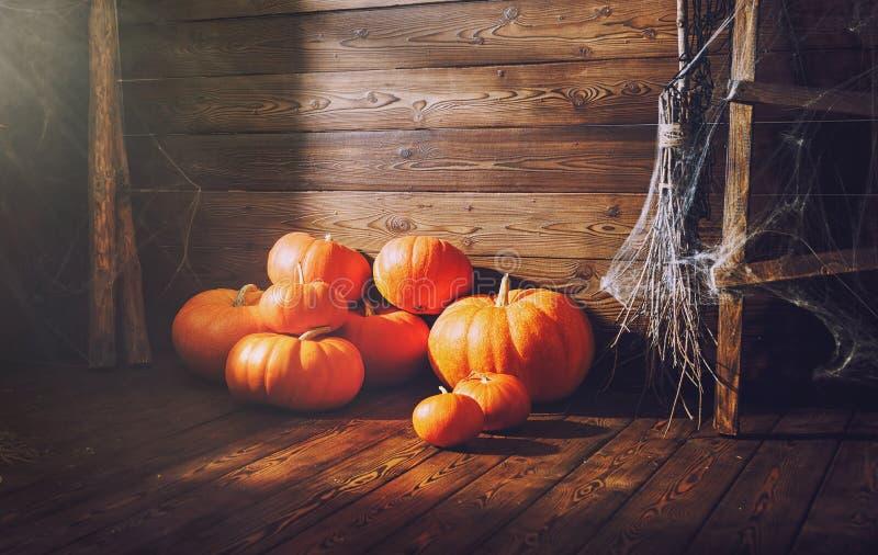 Предпосылка с Halloween Тыквы на деревянной предпосылке стоковая фотография