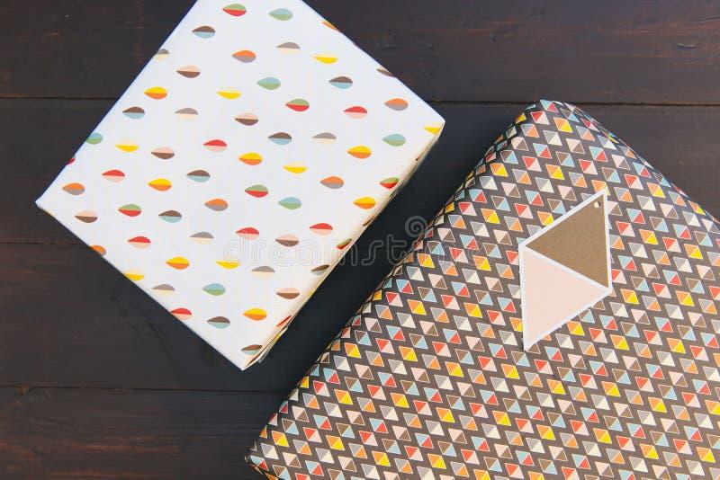 Предпосылка таблицы подарочной коробки подарка на день рождения деревянная стоковое изображение rf