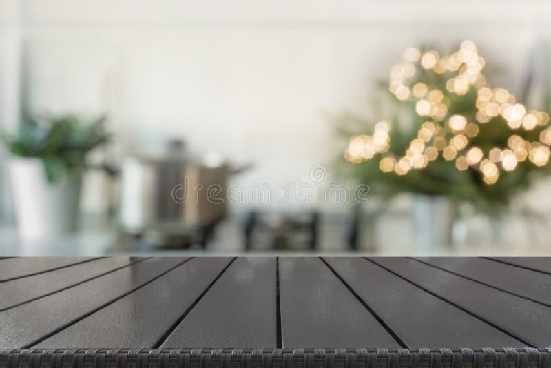 Предпосылка таблицы рождества с рождественской елкой в кухне из фокуса Предпосылка для дисплея ваши продукты стоковая фотография rf