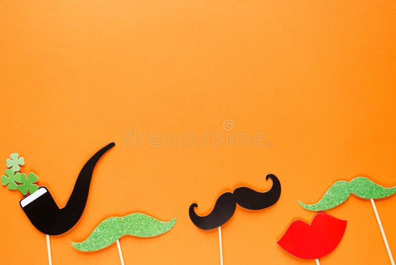 Предпосылка творческого дня st Patricks оранжевая Плоский положенный состав ирландского торжества праздника с оформлением будочки иллюстрация штока