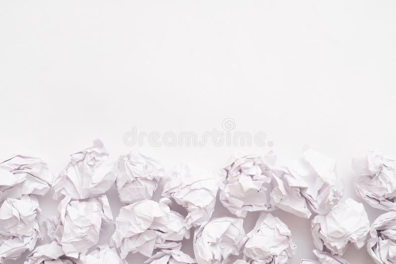 Предпосылка творческой кучи шарика бумаги блока белая стоковое фото rf