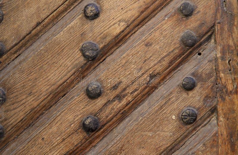 Предпосылка, текстура Изображение старой деревянной коричневой поверхности двери с предкрылками и ногтями стоковые фотографии rf
