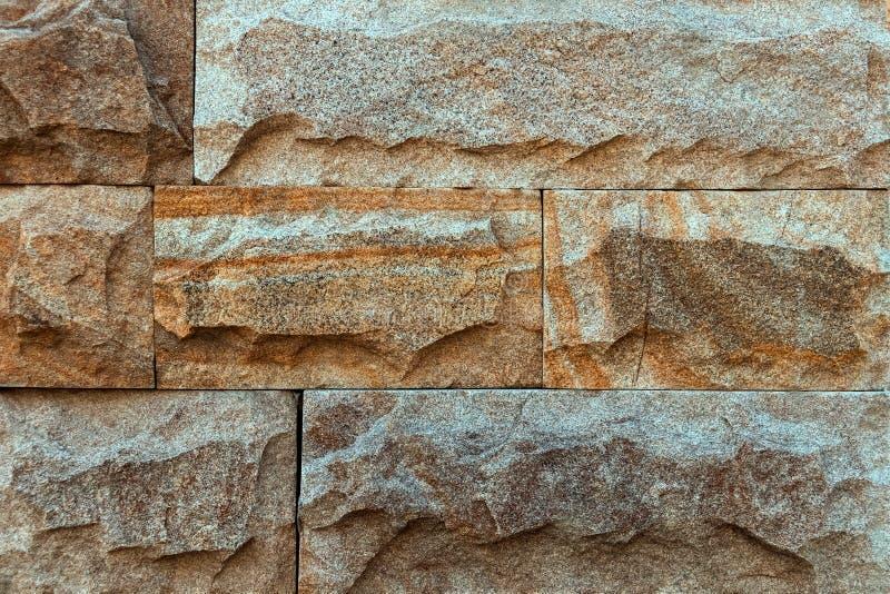 Предпосылка, текстура коричневой кирпичной стены сделанной естественного камня стоковая фотография rf