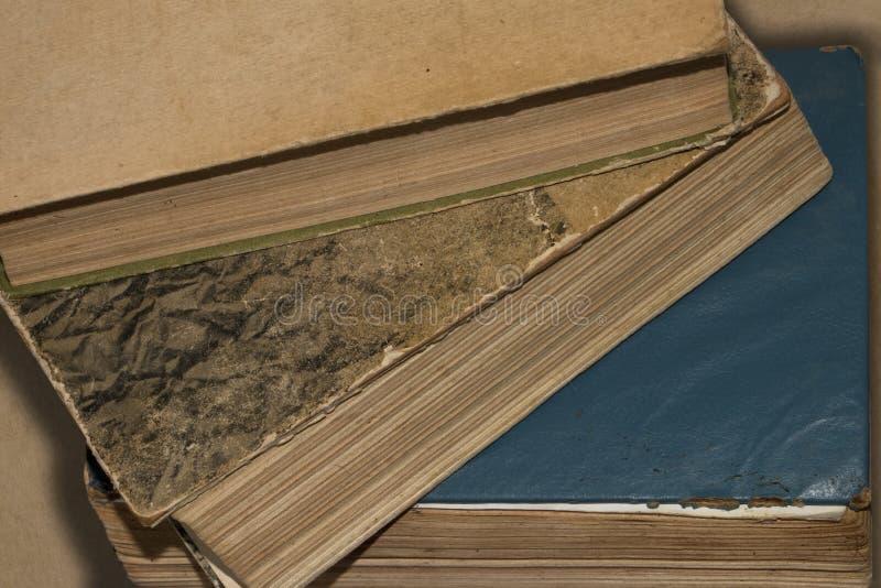 Предпосылка, текстура разбросанных старых книг стоковое изображение rf
