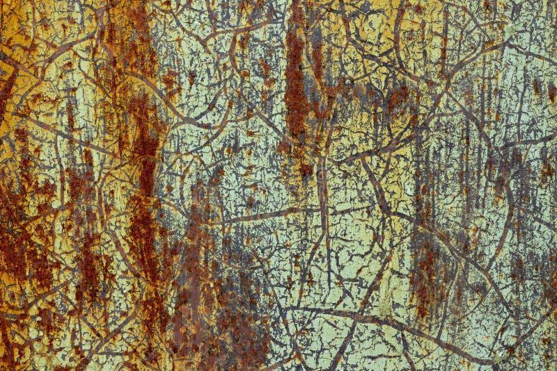 Предпосылка, текстура ржавой поверхности с затрапезной старой зеленой краской стоковое изображение