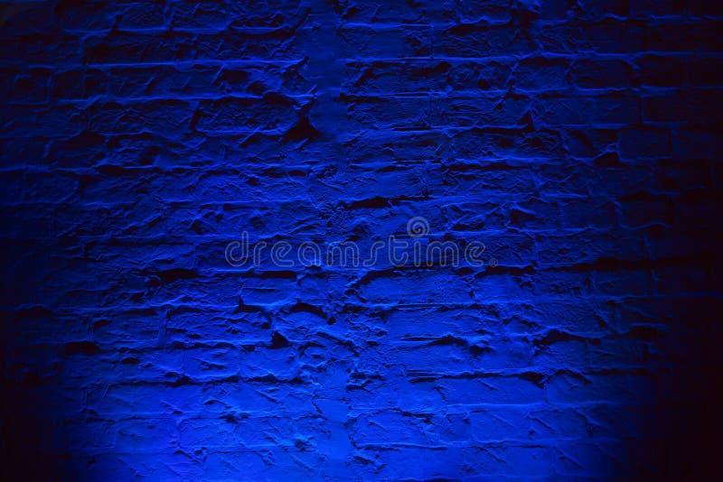 Предпосылка текстуры кирпичной стены Grunge неоновая голубая Покрашенная маджентой картина архитектуры текстуры кирпичной стены стоковые фото