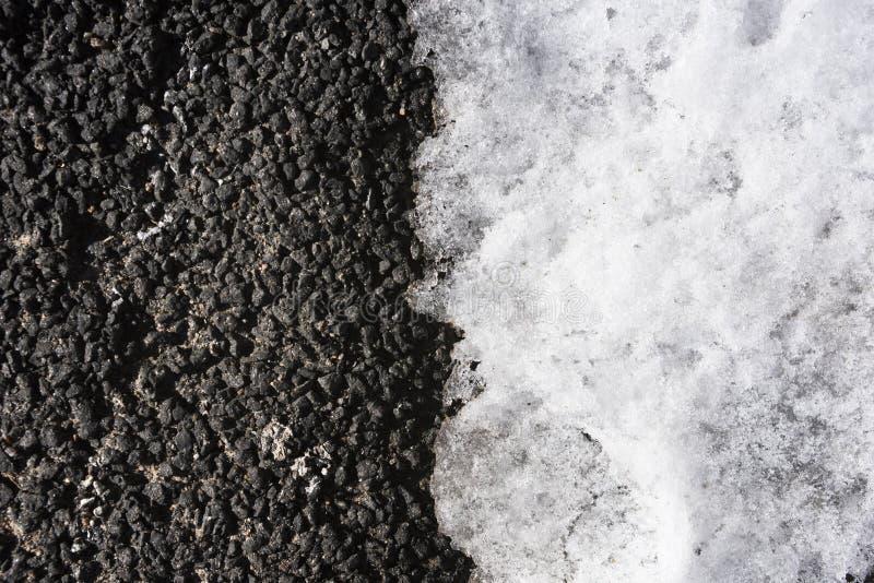 Предпосылка темного асфальта с светлым снегом в половине сверху стоковое фото rf