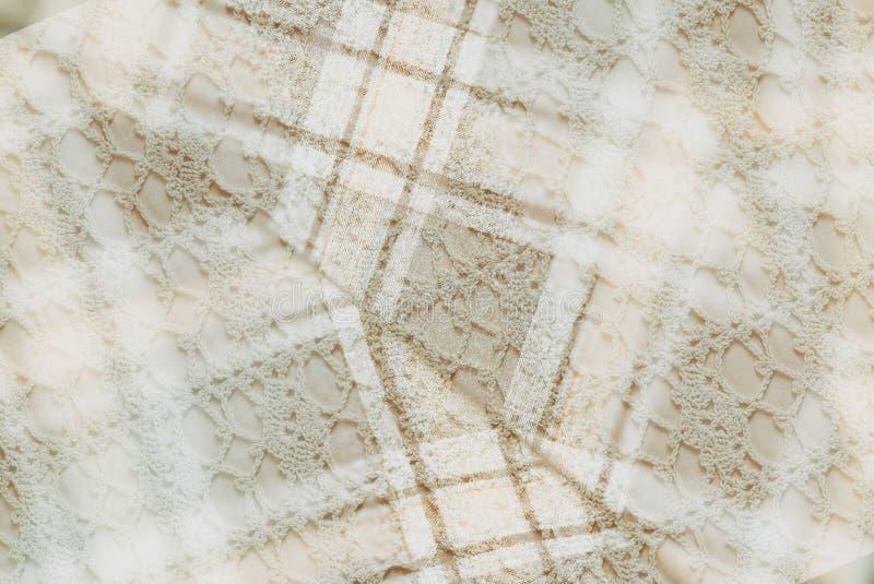 Предпосылка ткани в винтажном стиле -- фланель, хлопок в классическую клетку и винтажный домодельный связанный шнурок салфеток вя стоковая фотография rf