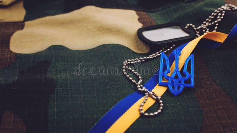 Предпосылка Украины военная Украинские национальные символы, трезубец герба лента, желтые и голубые, знак внимания армии на войск стоковые изображения rf