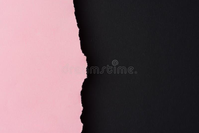 Предпосылка ультрамодной черноты duotone розовая бумажная с текстурированным сорванным краем Бортовая граница Шаблон летчика карт стоковые изображения rf