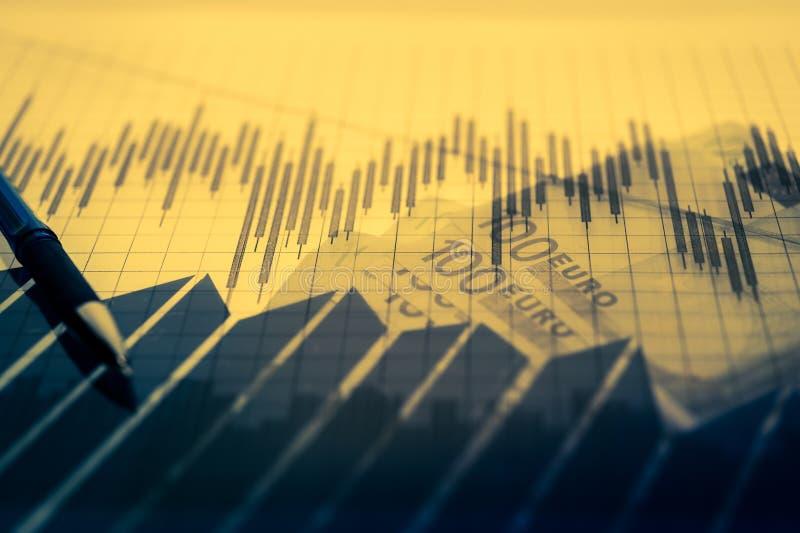 Предпосылка финансов с деньгами, диаграммой фондовой биржи, диаграммой и ручкой экономика и концепция дела стоковая фотография rf