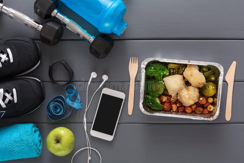 Предпосылка фитнеса, оборудование спорта, здоровая еда стоковые фотографии rf