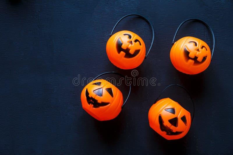 Предпосылка хеллоуина с картиной поднимает фонарики домкратом на черной предпосылке творческое украшение, торжество, осень стоковая фотография rf