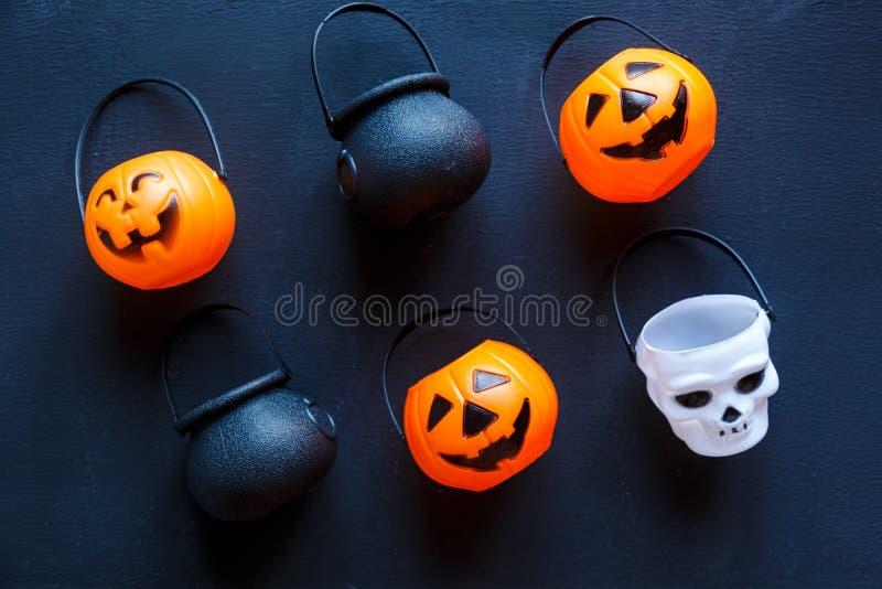 Предпосылка хеллоуина с картиной поднимает фонарики домкратом на черной предпосылке творческое украшение, торжество, осень стоковое изображение