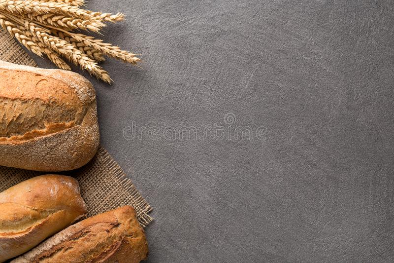 Предпосылка хлеба с пшеницей, ароматичным crispbread с зернами, космосом экземпляра Взгляд сверху стоковое изображение