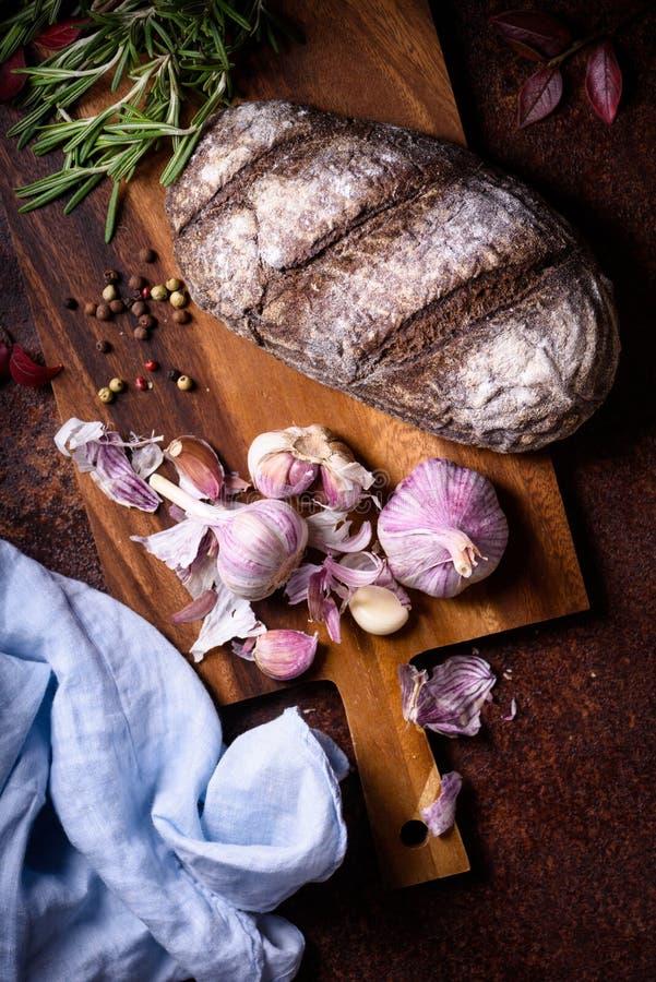 Предпосылка хлебопекарни, печь ингридиенты над деревенским counte кухни стоковое изображение rf