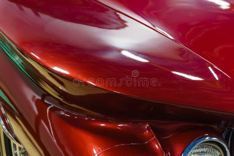 Предпосылка - часть поверхности тела красного винтажного автомобиля стоковое изображение