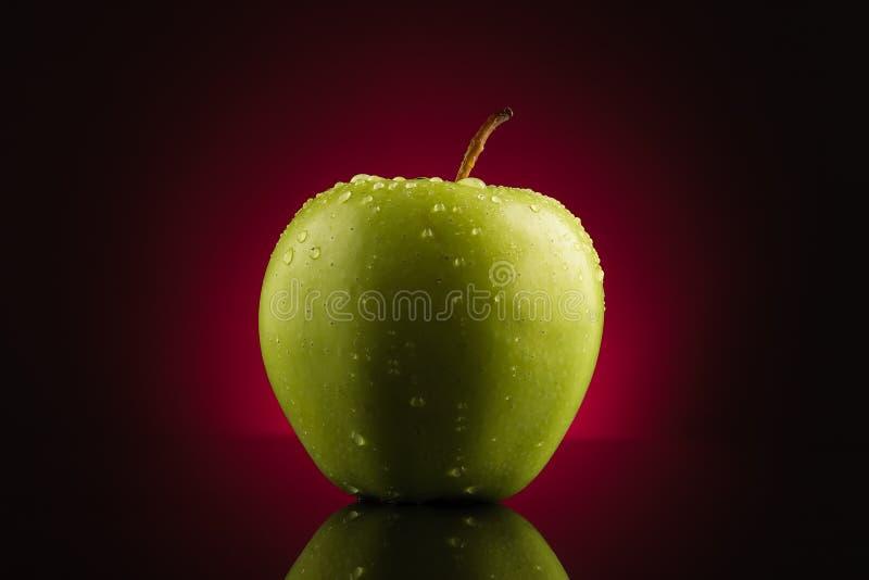 предпосылка яблока падает зеленый красный цвет стоковая фотография